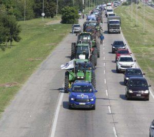 Aproximadamente unos 100 tractores participaron ayer en la movilizacíon en la capital cordobesa. Partieron desde Circunvalación hasta la casa de gobierno provincial.