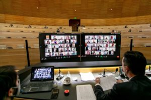 Sesión virtual de la legislatura provincial. Solo asistieron al recinto algunos legisladores de la oposición.